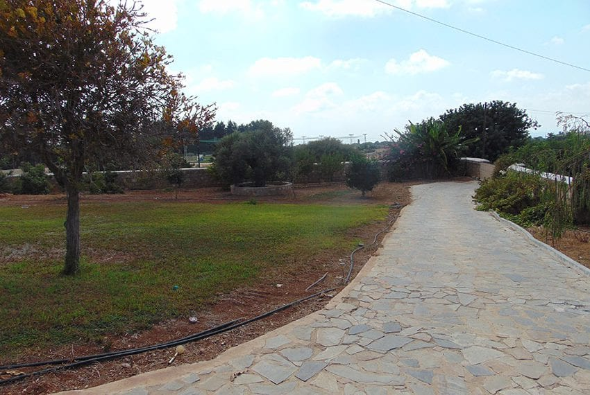 House for sale in Emba large plot with pool