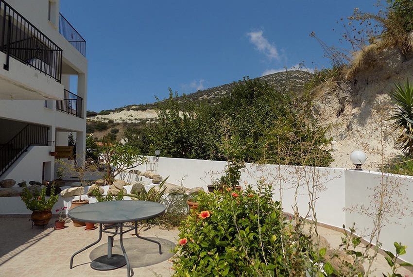 2 bed furnished apartment for rent upper Peyia