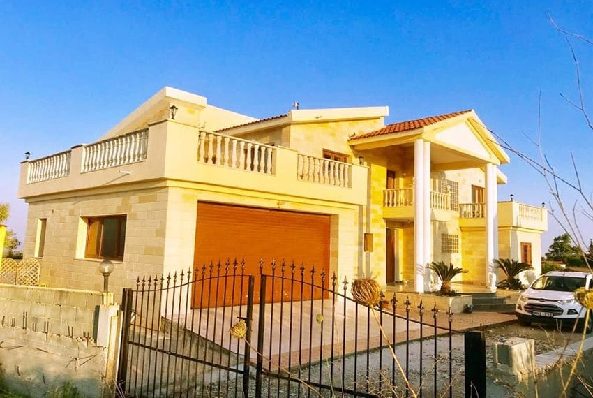 Spacious villa for sale in Tsada with private pool
