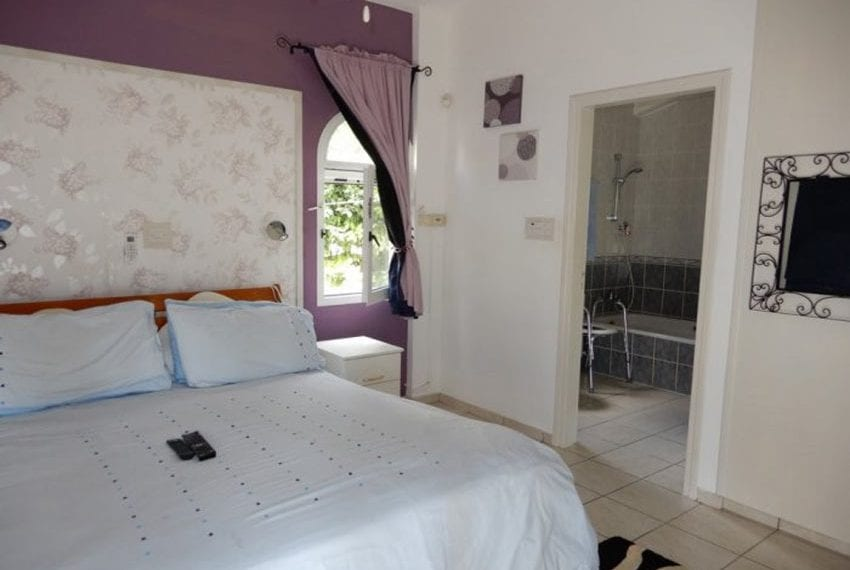 For sale bungalow in Peyia with title deeds