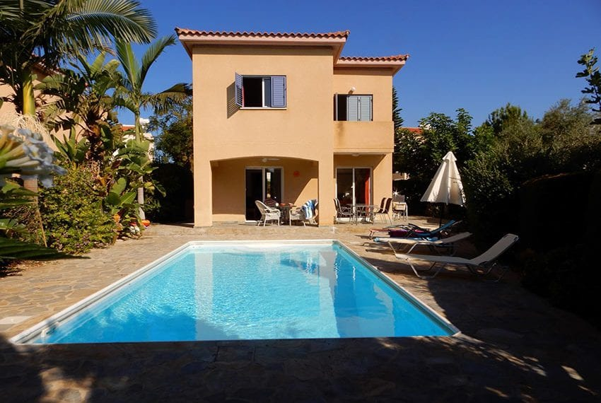 For sale villa with private pool in Chloraka Pafos01