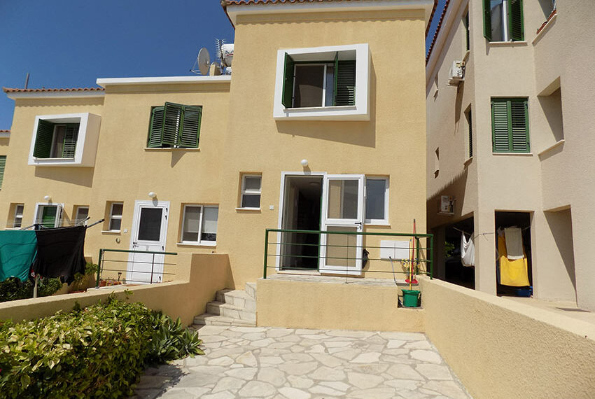 Townhouse for rent with communal pool in Peyia 01