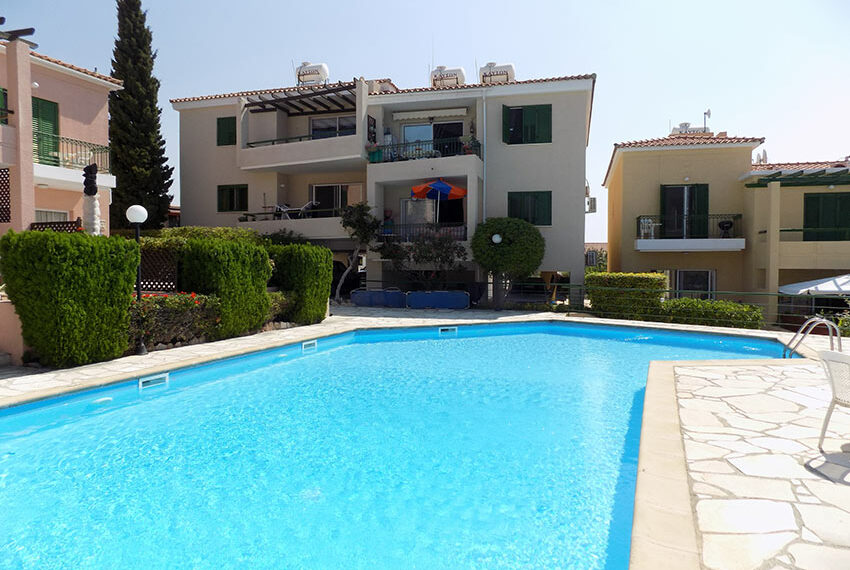 Townhouse for rent with communal pool in Peyia 13