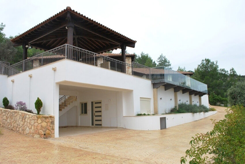 Villa for sale in Latchi with big plot of land_13