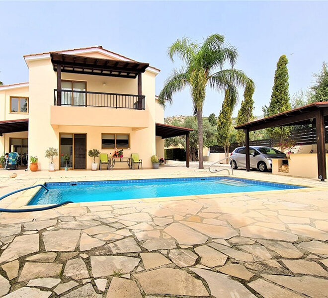 4 bedroom villa for sale with private pool & large plot Peyia