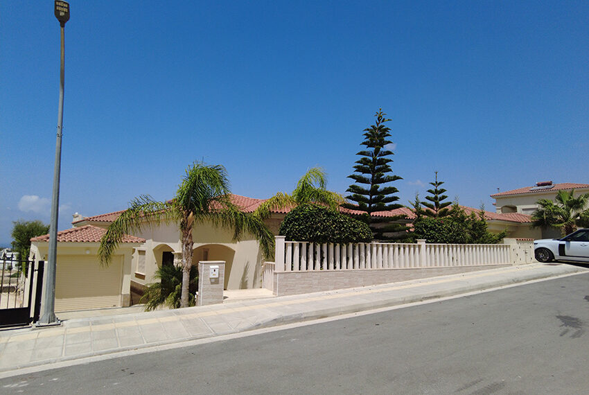 Modern 3 bedroom vill with private pool & roof terrace Peyia