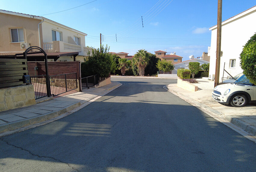 Detached 3 bedd villa for rent with communal pool Peyia